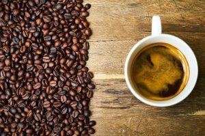 Tazzina di caffè con chicchi