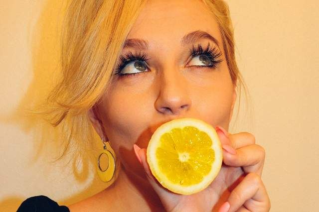 Donna con limone