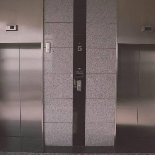 Guida alla scelta fra ascensori e piattaforme elevatrici
